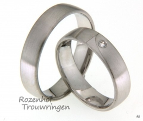 Moderne trouwringen van witgoud, 5 mm breed, met 1 briljant geslepen diamant van 0,04 ct. De ringen zijn mat afgewerkt.