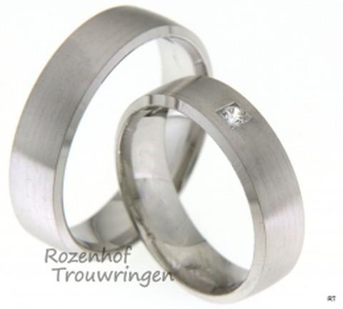 Sportieve witgouden trouwringen verkrijgbaar bij Rozenhof Trouwringen. Deze trouwring set is uitermate geschikt voor de sportieve man en vrouw.