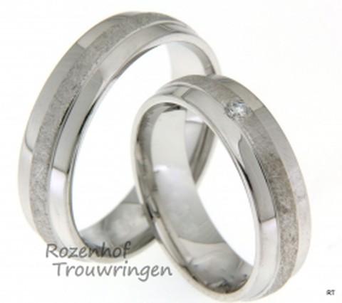 De trouwringen zijn verdeeld in twee spiegelgladde buitenbanen en een bewerkte binnenbaan die als een zandpad over de ring loopt. Deze ringen zijn klaar om gedragen te worden door eel liefdevol stelletje!