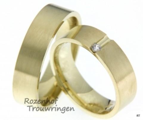 Trendy trouwringen in het geelgoud met een subtiele diamant.