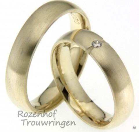 Geelgouden trouwringen met matte finish van 5 mm breed. De dames trouwring is bezet met een prachtige briljant geslepen diamant van 0,04 ct.
