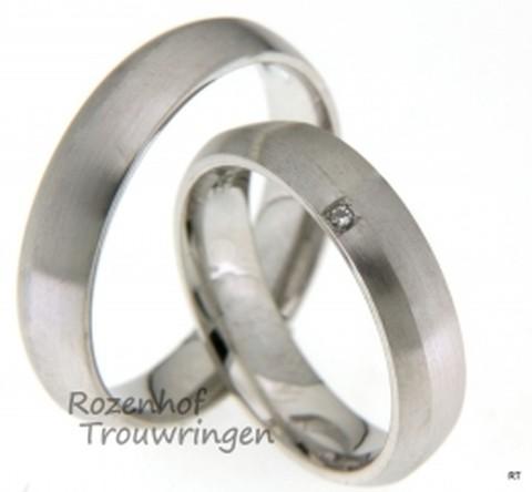 Deze mooie trouwringen zijn uitgevoerd in witgoud. De ringen zijn bijna identiek aan elkaar en hebben een matte textuur. Om de ringen van elkaar te onderscheiden ziet u bij de bruid een miniscule diamant die briljant is geslepen en de ring iets meer laat stralen om haar vinger!