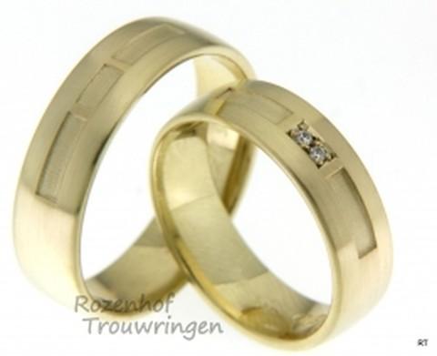 Deze mooie trouwringen zijn uitgevoerd in geelgoud en vallen op door de matte finish. De ringen zijn beide gelijk en voor de bruid zijn diamanten in de ring gezet op het schuine gedeelte wat de ring elegant maakt.