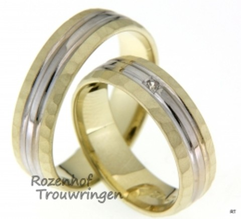 Luxe trouwringen set in het wit- en geelgoud. Ze zijn mat en gepolijst en zijn 6 mm breedt.