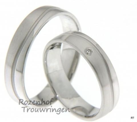 Deze spiegelgladde trouwringen zijn uitgevoerd in witgoud in zowel een glanzende en matte vorm. In beide ringen loopt een subtiel, golvend lijntje die de ringen wat speelser maakt. Verder heeft de damesring een stralende, briljant geslepen diamant in het midden van de ring.