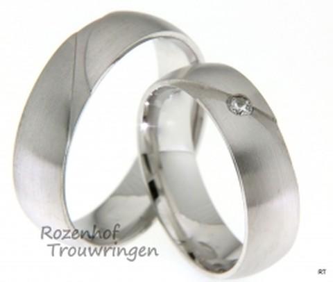 Deze eenvoudige trouwringen hebben een geheel matte finish, door deze matte finish heeft dit setje trouwringen een natuurlijke look. De ringen beschikken beide over een fanatsie vorm.