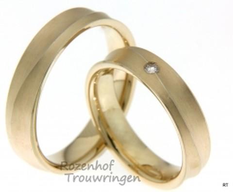 Elegante trouwringen van goud in de kleur abrikoos. In de dames trouwring is een prachtige briljant geslepen diamant gezet van 0,035 ct.