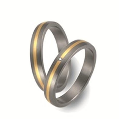 Deze tijdloze trouwringen zijn uitgevoerd in titanium met een breedte van 5 mm.