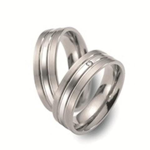 Deze glanzende trouwringen zijn uitgevoerd in titanium en hebben een breedte van 6 milimeter. In de ringen bevinden zich wel 3 banen, de middelste baan beschikt zich over een stralende diamant van 0.02 karaat!