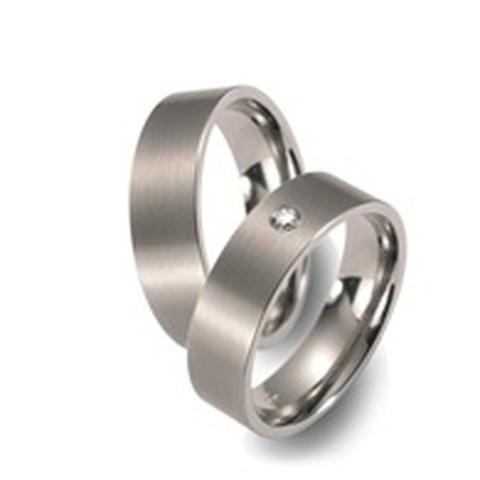 Mooie satijnglanzende titanium trouwringen. De ringen hebben een tijdloos karakter. In de dames trouwring schittert een briljant geslepen diamant.