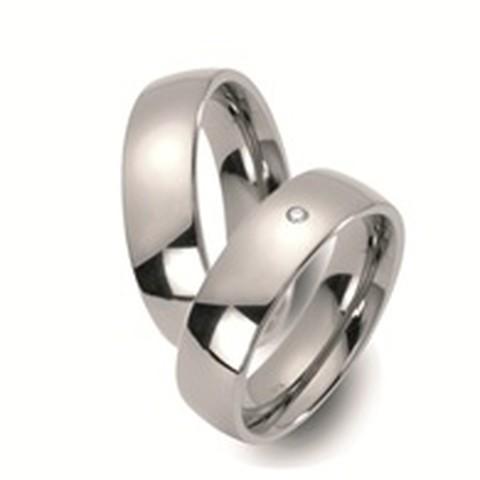 Deze mooie trouwringen zijn uitgevoerd in titanium en hebben een breedte van 7 mm. Wat zo mooi is aan deze ringen bevindt zich in de damesring, namelijk die diamant! Deze diamant is briljant geslepen en heeft een waarde van 0.03 karaat.