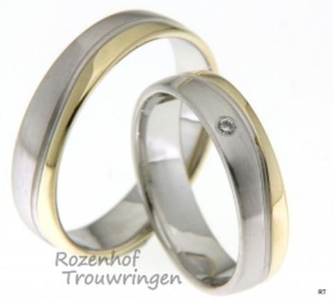 Spelse bicolor trouwringen van geelgoud en witgoud. De ringen hebben een breedte van 5 mm. In de dames trouwring is een briljant geslepen diamant gezet van 0,02 ct.