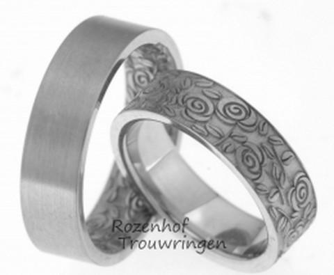 Romantische witgouden trouwringen. De ringen zijn 6 mm. breed. De heren trouwring is aan de buitenkant gematteerd en aan de binnenkant bedekt met een zee van rozen. De dames trouwring is aan de buitenzijde bedekt met rozen en aan de binnenzijde gematteerd.
