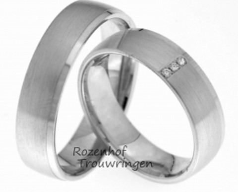 Minimalistisch van vormgeving, maar toch een krachtig paar. Matte witgouden trouwringen met subtiele glanzende buitenranden. De ringen zijn 5,5 mm. breed. In de dames trouwring schitteren 3 briljant geslepen diamanten van tezamen 0,03 ct.
