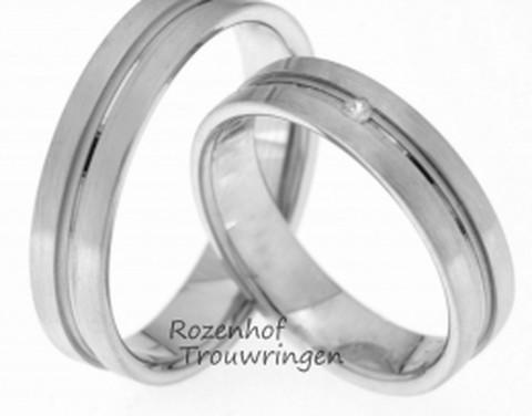 Mooie trouwringen uitgevoerd in mat witgoud met gepolijste binnenring. Voor haar hebben we nog een subtiele diamant in de binnenring gezet dat de ring iets opvallender maakt.