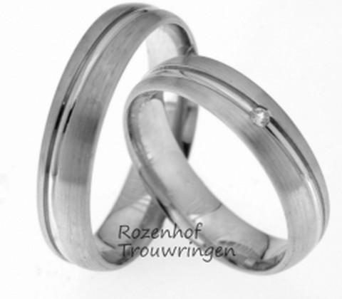 Witgouden trouwringen met een mooie twist. De dieper gelegen smalle glanzende band steekt fraai af bij de matte ring. De dames trouwring is bezet met een glinsterende briljant geslepen diamant, zo stralend als een ster!