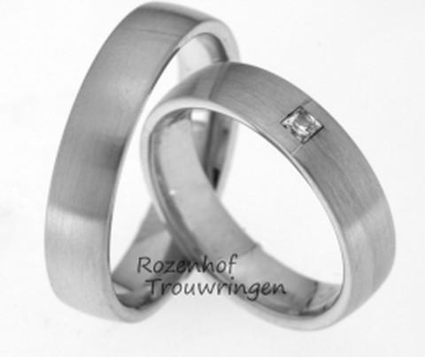 Mooi in zijn eenvoud. Hierbij een strak vormgegeven setje witgouden trouwringen. De ringen zijn 5 mm breed. In de dames trouwring is een juweeltje van een prinses geslepen diamant gezet van 0,065 ct., dat natuurlijk bijzonder veel aandacht vraagt én krijgt!