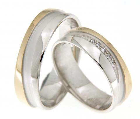 Deze mooie trouwringen zijn vervaardigd uit wit- en geelgoud en zijn 6 mm breed. Verder zijn de ringen identiek aan elkaar, in de ring van de bruid zijn echter diamanten gezet! Deze ringen zijn klaar om gedragen te worden door een liefdevol koppel!