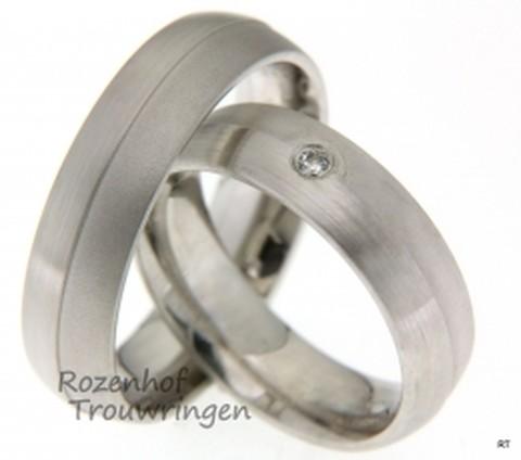 Mooie trouwringen uitgevoerd in witgoud. Deze trouwringen zijn redelijk tijdloos en natuurlijk, maar wees getreurd want in de ring van haar bevindt zich een stralende diamant.