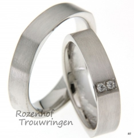 Apart van vormgeving, zijn deze matte, witgouden trouwringen. De ringen hebben een breedte van 5 mm. De dames trouwring is bezet met 2 briljant geslepen diamanten van tezamen 0,04 ct.