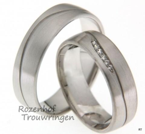 Elegante witgouden trouwringen met een matte finish van 6 mm breed. De golvende lijn geeft de ring net even iets aparts. De dames trouwring is bezet met 6 briljant geslepen diamanten van tezamen 0,05 ct.