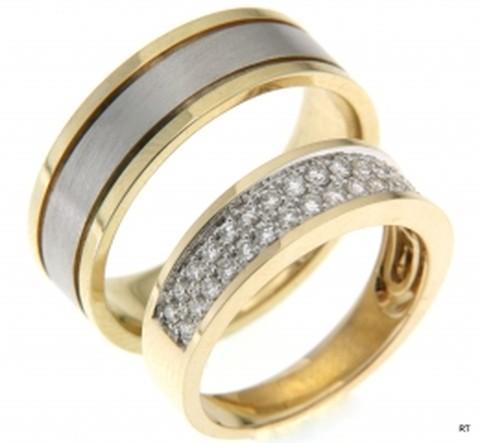 Trouwringen van exelente kwaliteit in het geel- en witgoud. De dames trouwring is bezet met een schitterend veld van mooie diamanten. Een juweel voor het oog!