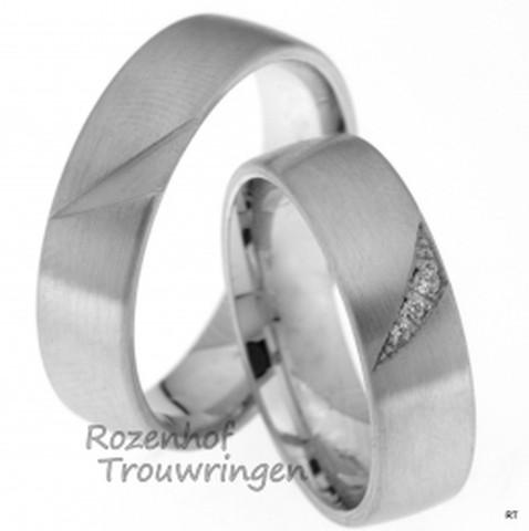 Witgouden trouwringen van 6 mm breed met matte finish. In de ring is een schuine driehoek uitgeslepen. Deze driehoek is, in de dames trouwring, geheel bezet met 3 briljant geslepen diamanten van tezamen 0,029 ct.