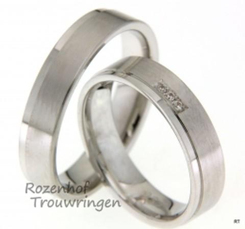 Tijdloze witgouden trouwringen met een breedte van 5 mm. De ringen zijn mat met een glanzend, fijn, buitenrandje. In de dames trouwring zijn 3 fonkelende diamanten gezet. Deze ringen zijn klaar om gedragen te worden door een liefdevol koppel!