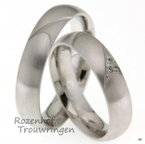 Witgouden bolle trouwringen van 6 mm breed met matte finish. In de ringen is een artistiek figuur uitgeslepen. In dit figuur zijn in de dames trouwring 3 briljant geslepen diamanten geplaatst van tezamen 0,027 ct.