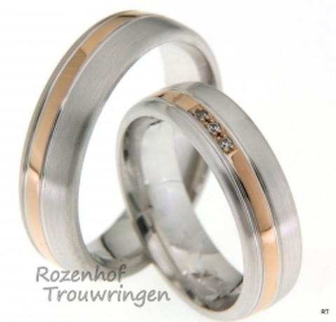 Bicolor trouwringen van 6 mm breed. De ringen zijn vervaardigd uit roodgoud en witgoud met een gematteerde finish. Fraai zijn de drie briljant geslepen diamanten van in totaal 0,02 ct, welke in de roodgouden band geplaatst zijn.