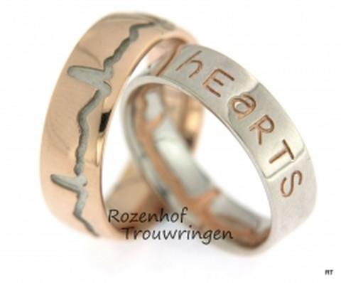 Hartslag trouwringen van roodgoud en witgoud. In de witgouden ring staat de hartslag aan de binnenzijde van de ring en op de buitenzijde een tekst. Bij de roodgouden ring staat de hartslag aan de buitenkant. U kunt ook nog diamanten in deze ring laten zetten.
