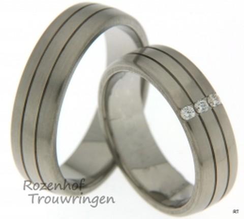 Witgouden trouwringen met mooie lijnen dat de ringen onderverdeeld in 3 banen. De ringen zijn bijna identiek aan elkaar en zijn mooi gematcht setje. In de ring van de bruid sprankelen nog drie diamanten in een brugzetting.
