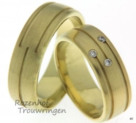 Schitterende trouwringen in het geelgoud afgewerkt met een aantal fijne lijntjes in de ring. In de ring voor haar zijn ook blinkende diamanten belegd.