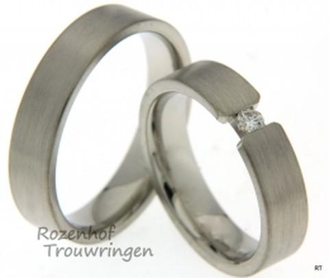 Strakke trouwringen uitgevoerd in witgoud. De ringen stralen beide rust uit door de matte finish, maar dat wordt onderbroken bij de damesring aangezien deze ring beschikt over een schitterende diamant.