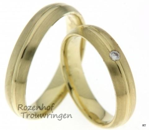 Schitterende trouwringen set met een gepolijste liefdeslijn in het midden. De ringen zijn 4,5 mm breed en de ring voor haar bezit over een fonkelende diamant.