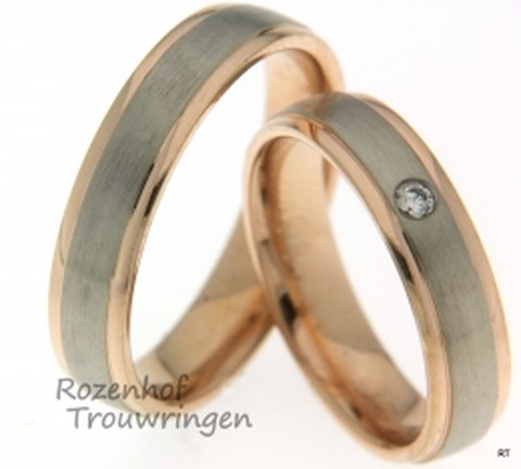 Smaakvolle trouwringen die zijn vervaardigd uit gepolijste roodgoud en gematteerde witgoud. De ringen zijn 5 mm breed en in de dames ring is een briljante diamant gezet.