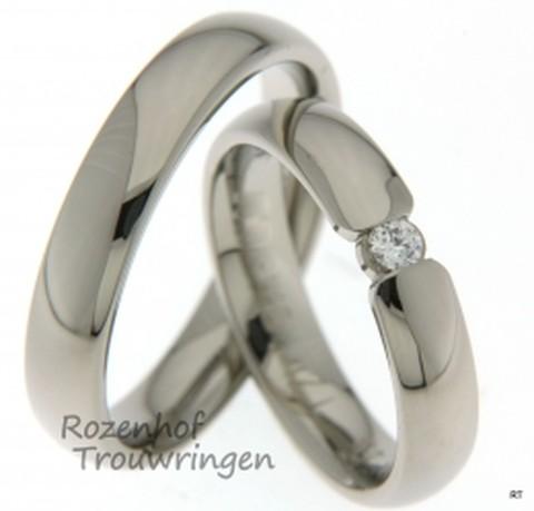 Glanzende witgouden trouwringen die zeker zullen opvallen! Deze ringen komen uit ons Amor design en zijn daardoor ook exclusiever. Verder zijn de ringen opvallend en zullen ze stralen om jullie vingers!