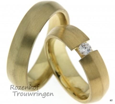 Stijlvolle trouwringen in de kleur geelgoud. De trouwringen zijn prachtig gematteerd en 6 mm breed. Nu verkrijgbaar bij Rozenhof Trouwringen.