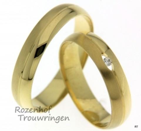 Schitterende trouwringen set in het geelgoud. De ringen zijn gepolijst en mat afgewerkt de breedte van de trouwringen is 4,5 mm.