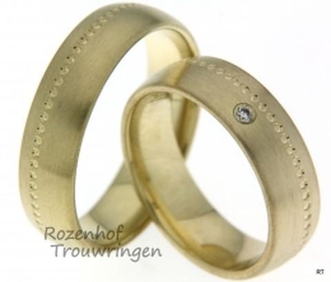 Geelgouden trouwringen met uitgestippeld liefdespad