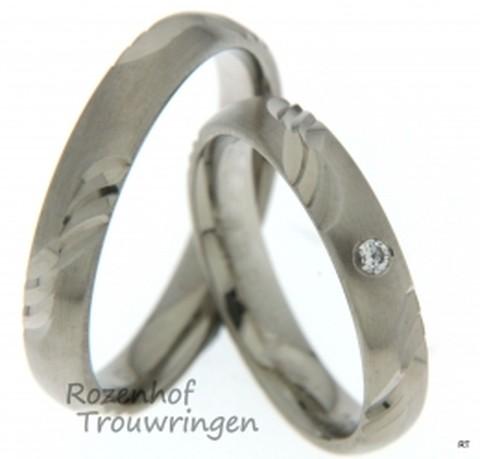 Verfijnde trouwringen met handgemaakte fantasie textuur. Deze ringen zijn mooi verfijnd en passen bij iedereen. In de ring van de bruid ziet u ook nog een super mooie diamant schitteren.