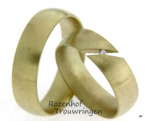 Brede trouwringen set in het geelgoud. In de ring van haar zit een unieke toevoeging aan het heeft namelijk een kleine spleet waar een fonkelende diamant.