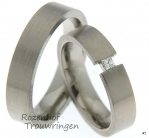 Deze zeer strakke trouwringen zijn uitgevoerd in witgoud en vormen samen een mooi setje net als jullie! De ringen zien er redelijk stoer uit.
