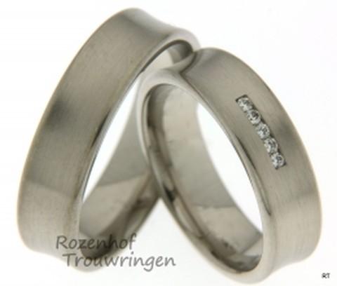 Mooie trendy trouwringen uitgevoerd in mat witgoud. Deze brede ringen zijn maar liefst 6 mm breed. Voor de bruid schittert er een mooie rij vol met diamanten in de ring dat vele oogjes zal aantrekken.