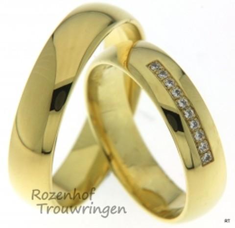 Klassieke trouwringen van geelgoud. Deze glanzende geelgouden ringen met een breedte van 5 mm zijn van een klassieke eenvoud. In de dames ring zitten tien briljant geslepen diamanten van 0,05 ct.