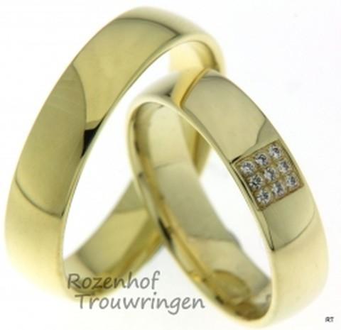 Klassiek van vormgeving, zijn deze glanzende geelgouden trouwringen van 5 mm breed. In de dames trouwring zijn 9 briljant geslepen diamanten van in totaal 0,045 ct gezet, welke in een veldje bij elkaar schitteren.