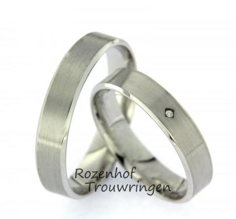 Moderne, witgouden trouwringen. De ringen zijn mat afgewerkt. In de dames trouwring is een briljant geslepen diamant van 0,008 ct gezet.