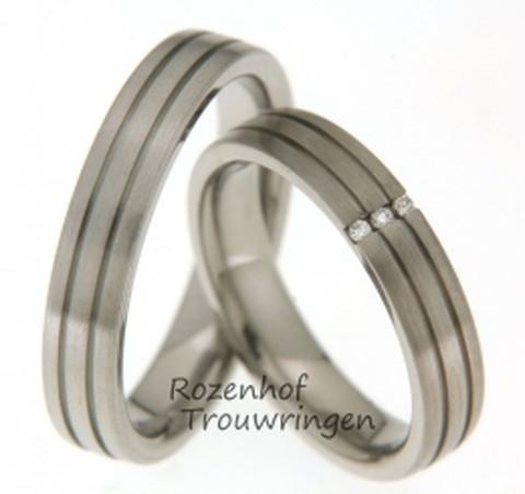 Smalle titanium trouwringen met 3 diamanten. De ringen zijn met een gleujje in 3 deel ingedeeld.