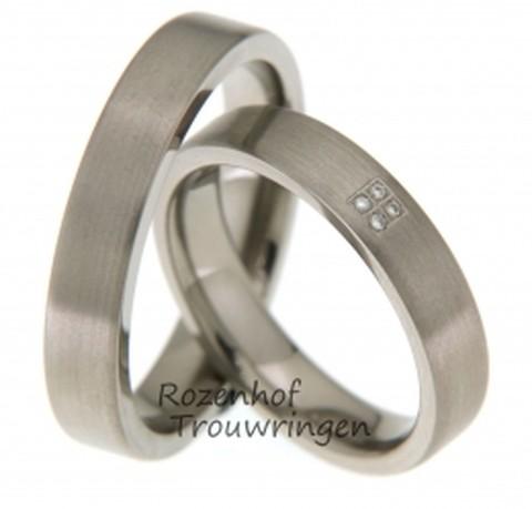 Futuristische trouwringen van titanium van 4,5, mm. breed. De ringen zijn mat afgewerkt. In de dames trouwring zijn 4 briljant geslpen diamanten van 0,02 ct. gezet.