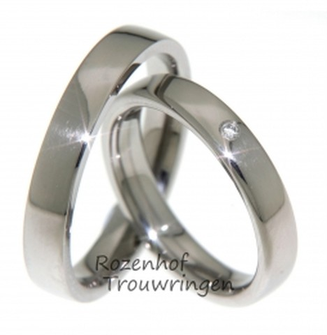 Klassieke hoogglanzende titanium trouwringen van 4 mm. breed. In de dames trouwring is een briljant geslepen diamant van 0,02 ct. gezet.